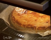 Луковый пирог с козьим сыром и пармезаном