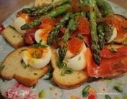 Тосты с яйцами, спаржей, копченой семгой и красной икрой