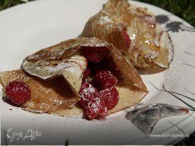 Блины на завтрак со свежей малиной