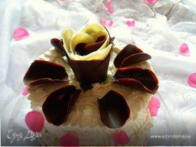 Торт к годовщине свадьбы с лепестками шоколадных роз (с малиновым и манговым кремами)