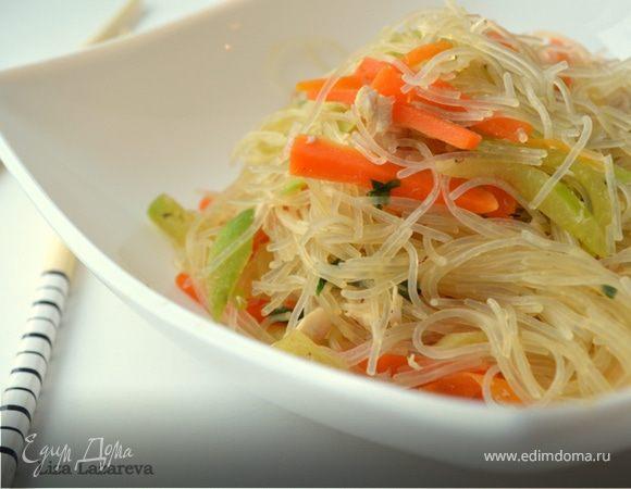 Теплый салат из фунчозы, овощей и курицы