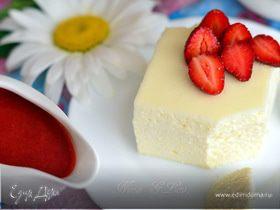 Двухслойная ванильная запеканка с ягодным соусом