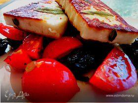 Салат из помидоров с жареным сыром Халлуми