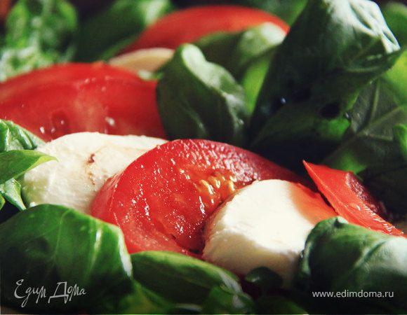 Простой итальянский салат с моцареллой