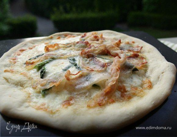 Пицца со спаржей, сыром таледжо и спеком