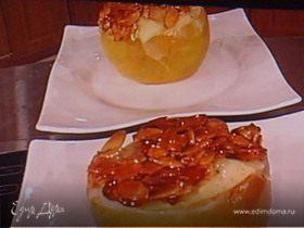 Заварной крем-пудинг, запеченный в яблоке, под миндальной корочкой