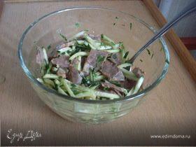 Салат с огурцами и отварной говядиной