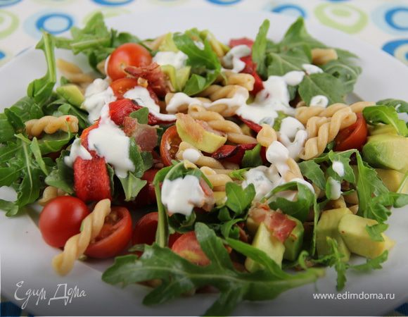 Салат с пастой, авокадо, овощами и беконом