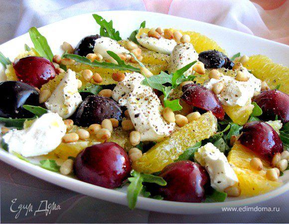 Салат с козьим сыром, фруктами и кедровыми орешками
