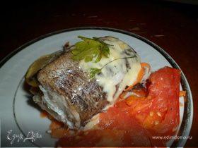 Хек, запеченный с овощами (морковью и помидорами)