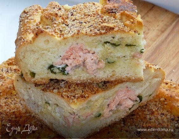 Пирог с двумя видами рыбы, луком и манкой