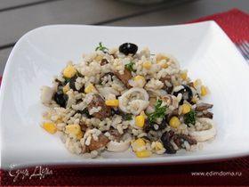 Рисовый салат с кальмарами, грибами и маслинами