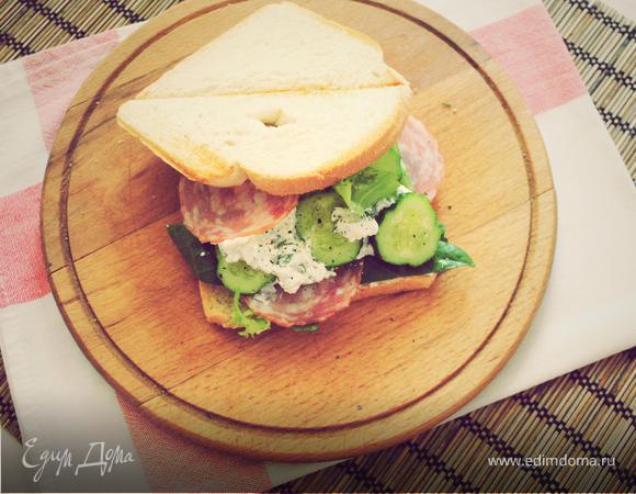Утренний сэндвич с огурцом, салями и фетой