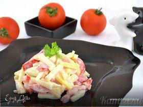 Салат из помидора, сыра и яблока