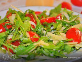 Салат с руколой, помидорами черри, кедровыми орешками и сыром