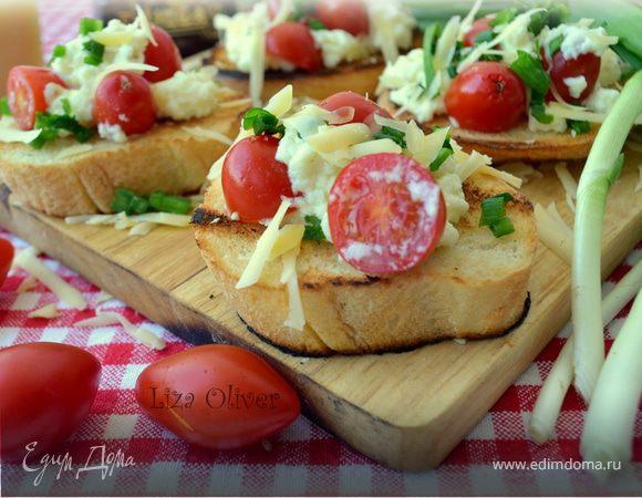Яичница-болтунья с сыром джюгас на хрустящих тостах