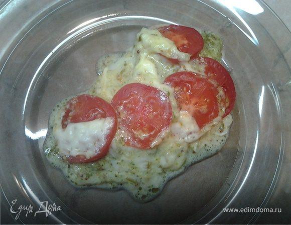 Рыба, запеченная под помидорами и моцареллой