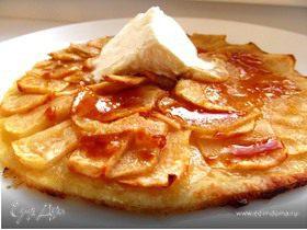 Карамельный яблочный пирог с карамельным соусом