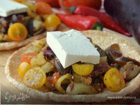 Теплый овощной салат с фетой на хрустящих лепешках