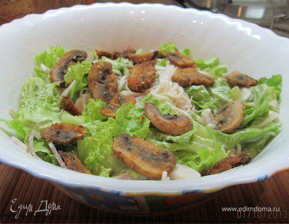 Салат с рисовой лапшой и грибами в сухарях