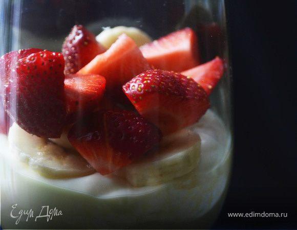 Замороженный ванильный йогурт с клубникой и бананом
