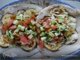 Запеченные баклажаны с салатом на питах