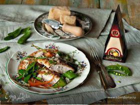 Курица в сырной панировке с горошком и морковью