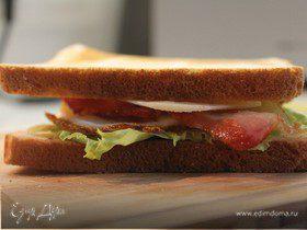 Клаб-сэндвич с беконом, яйцом и сыром