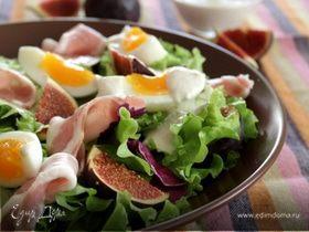 Салат с фигами и прошутто под сырным соусом