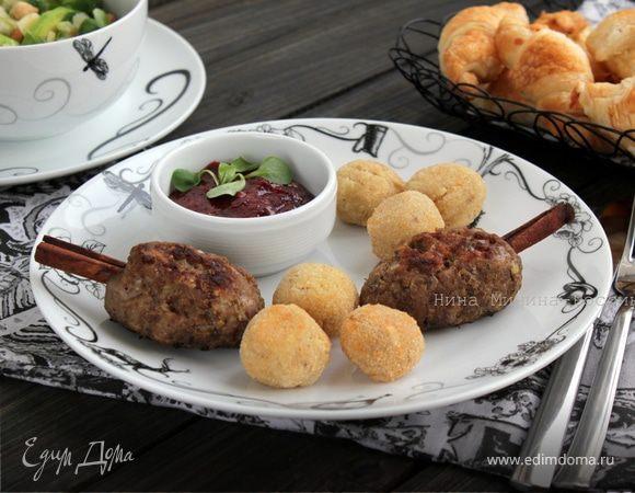 Котлеты из индейки с яблоком и сыром Джюгас на палочке корицы и крокеты из фасоли с сыром Джюгас