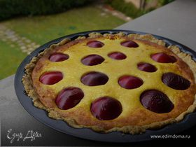 Пирог с грецкими орехами, сливами и творожным кремом