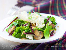Салат со свеклой, шампиньонами и сырными чипсами