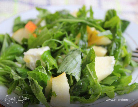Салат из руколы с грушей и сыром