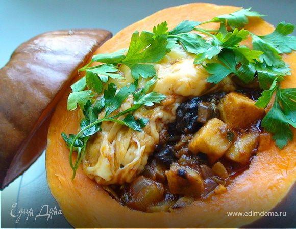 Запеченная тыква, фаршированная овощным рагу с грибами и сыром
