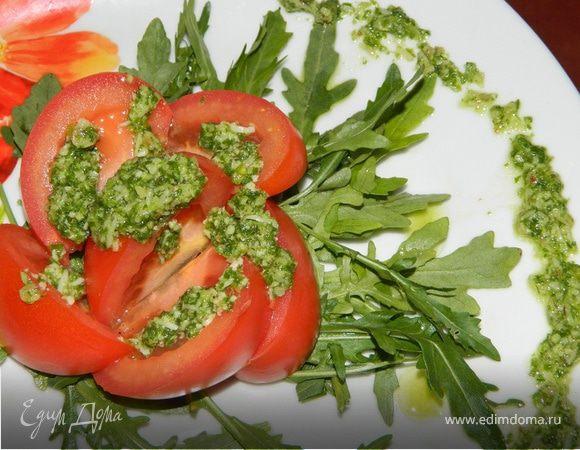 Салат из помидоров с руколой и соусом песто