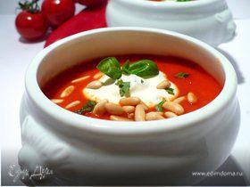 Согревающий суп из запеченного сладкого перца с томатами, сметанным базиликом и кедровыми орешками