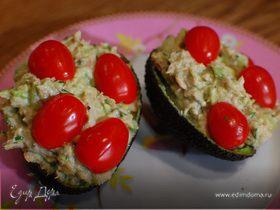 Авокадо с тунцом, сельдереем и помидорами черри