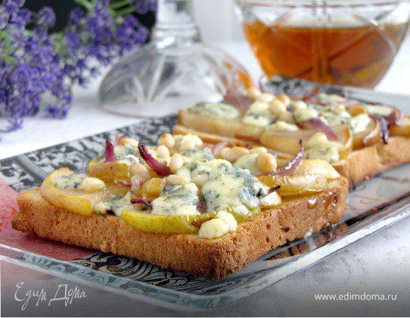 Тосты с грушей, голубым сыром и кедровыми орешками
