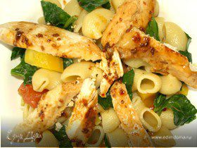 Теплый салат из пипе ригате с курицей и шпинатом