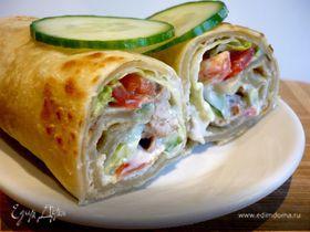 Индийская лепешка с куриной колбаской и овощами