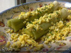 Запеченный порей с яйцами и шнитт-луком