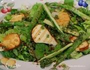 Салат со спаржей и жареным сулугуни