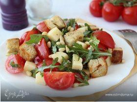Салат из помидоров с руколой, фетой и сухариками