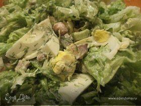 Салат из авокадо, копченой рыбки и бекона