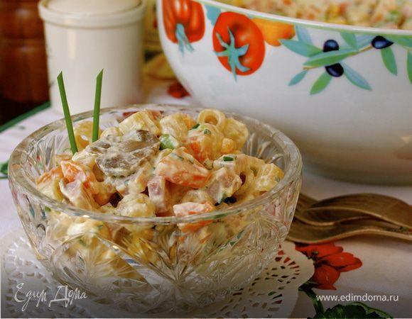 Салат из ветчины и макарон под соусом рикотта