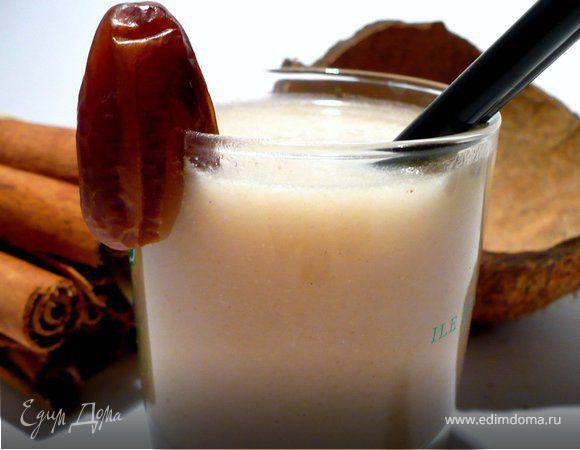 Освежающий напиток с финиками и кокосом