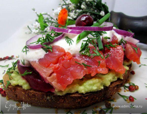 Бутерброды с лососем, свеклой и авокадо