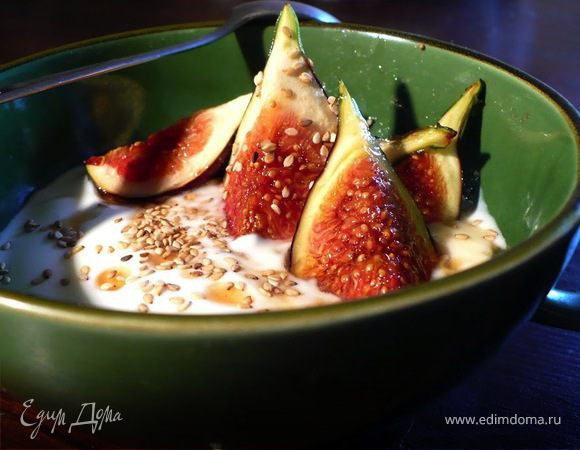 Йогурт с кунжутом, инжиром и медом