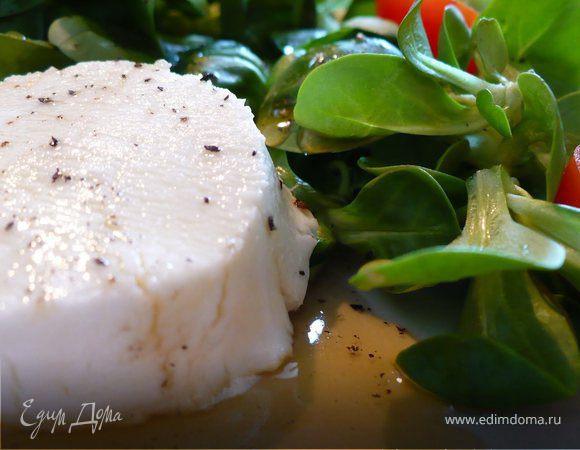 Козий сыр с медовой глазурью на салатной подушке
