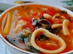 Томатный суп с морепродуктами и рисом